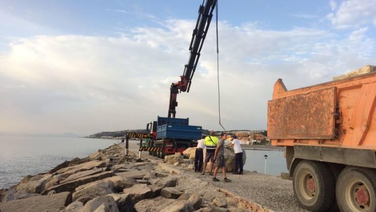 Marinas del Mediterráneo realiza los trabajos de reposición de 60 toneladas de piedras en la escollera de Puerto Duquesa