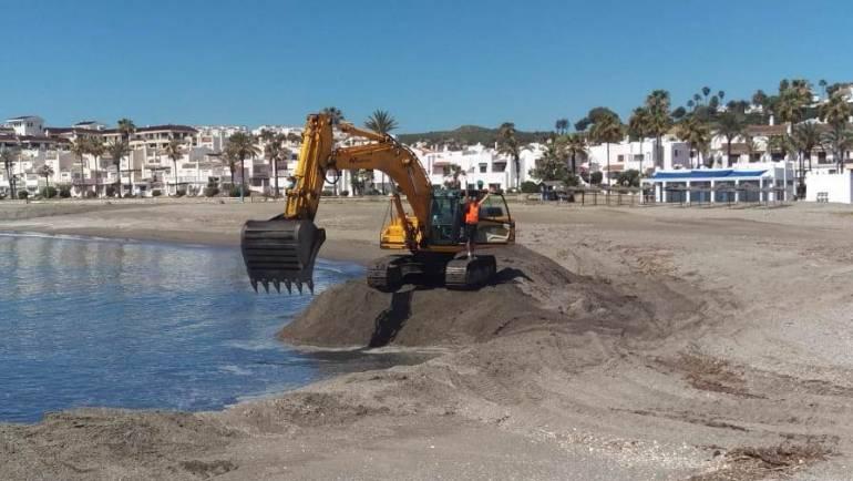 Marinas del Mediterráneo regenera la playa de El Castillo en Manilva aportando 6.000 metros cúbicos de arena