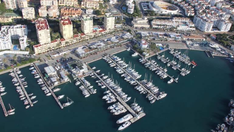 Der Yachthafen von Estepona grenzt an die voll von 93% Belegung in diesem Sommer