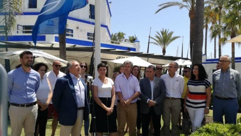 Le drapeau bleu agite dans la marina d'Estepona 21 années consécutives