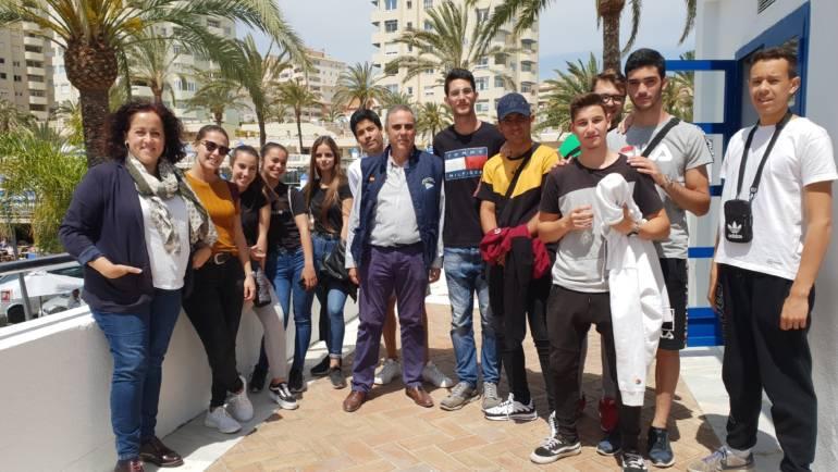 Eine Gruppe von Studenten aus dem IES Mar de Alborén de Estepona besucht die Marina von Estepona