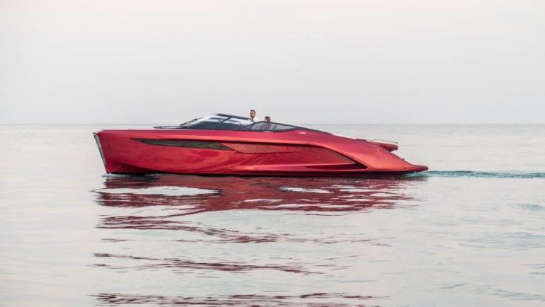 La embarcación Princess R35 se exhibirá en el Puerto Deportivo de Estepona durante el próximo fin de semana