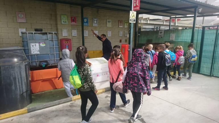 El Puerto Deportivo de Estepona recibe la visita de unos escolares del municipio