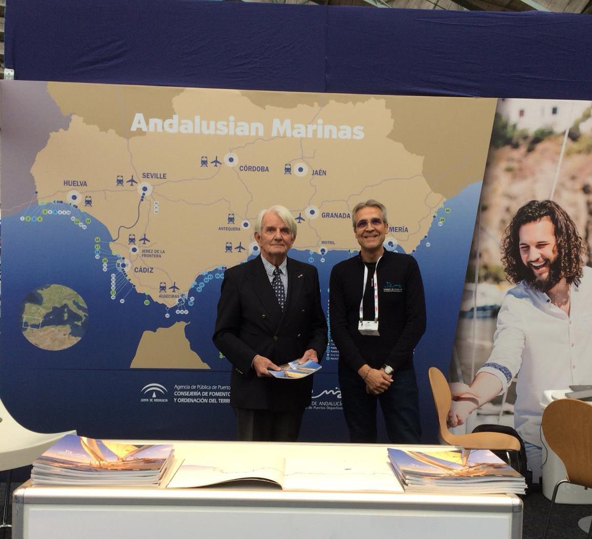 Manuel Raigon, managing director Marinas del Mediterraneo, with a navigator interested in the exhibitor
