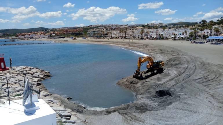 Marinas del Mediterráneo realiza un trasvase de 5.000 metros cúbicos de arena en la playa de Las Gaviotas en el Puerto de La Duquesa
