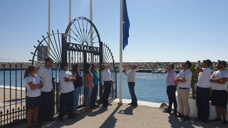 The hallmark of the blue flag flies once again at the Puerto Deportivo de La Duquesa