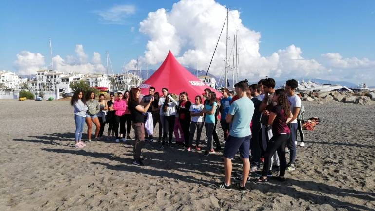 Students of IES Las Viñas learn about marine litter in Puerto de la Duquesa