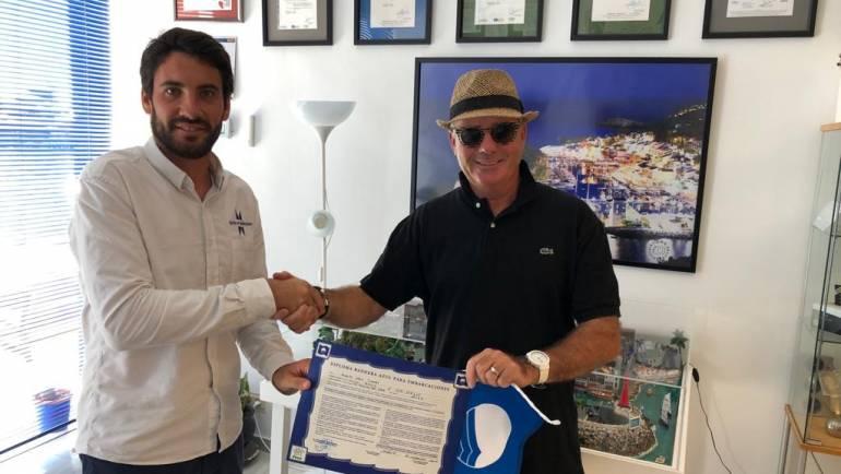 Marina del Este livre le drapeau bleu au bateau de l'un des utilisateurs du port en reconnaissance de leur engagement envers la mer
