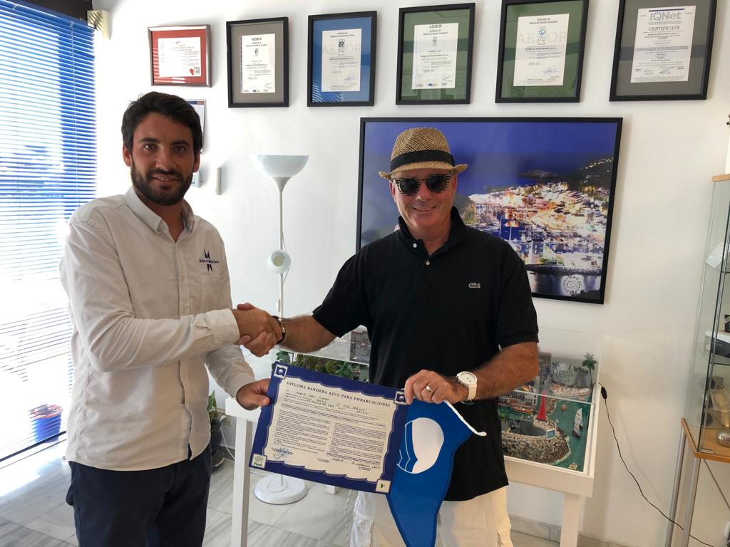 Marina del Este delivers the Blue Flag to the boat of one of the port users in recognition of their commitment to the sea