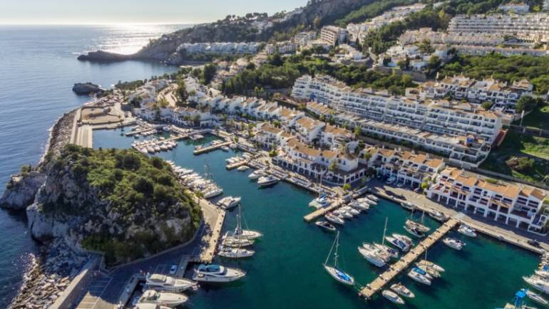 The Marina del Este Marina sports port hangs the full sign this summer