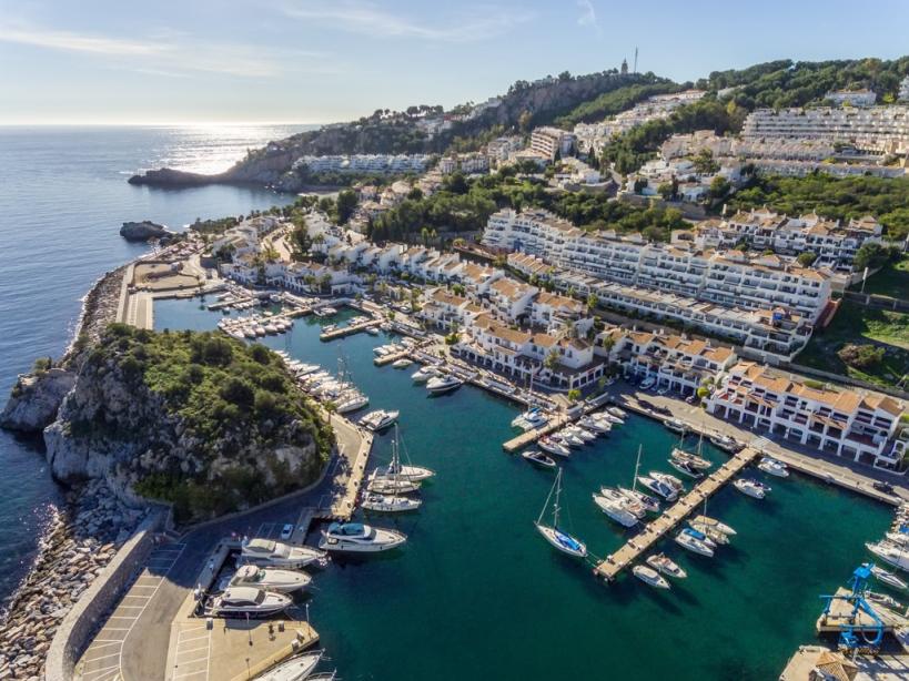 Der Sporthafen Marina del Este Marina hängt diesen Sommer das volle Schild auf